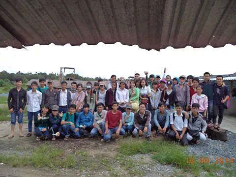 sinh viên tham quan trại trùn quế